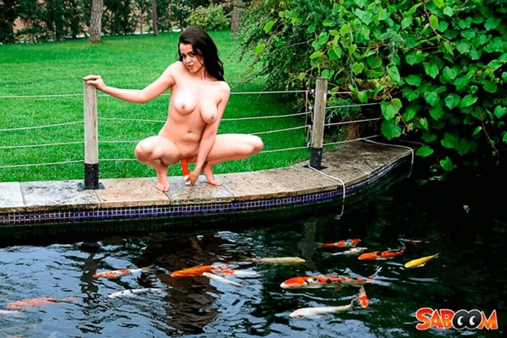 Nacktes Latina Mädchen mit dicke Hängetitten auf geilem Porno Bild bei Dildosex im Freien