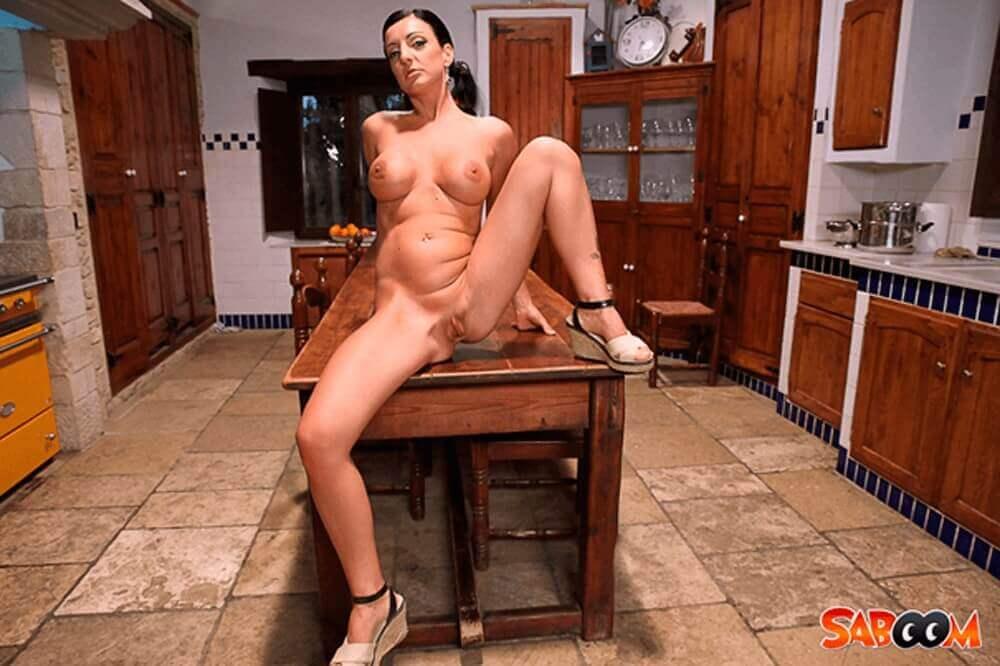 Reife Porno Schlampe spreizt auf unzensierter Nacktaufnahme die Beine