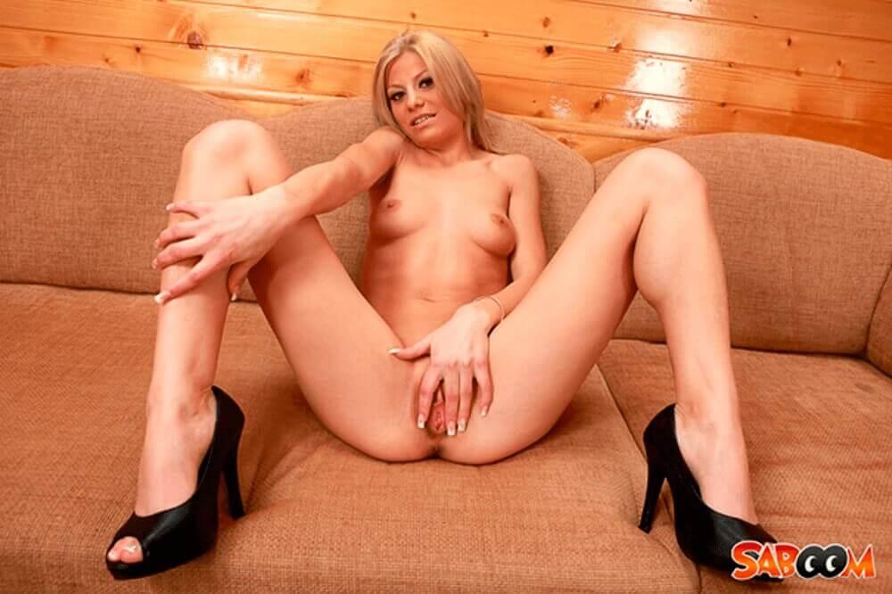 Zensurfreies Nacktfoto von blonder Lesbe mit gespreizten Beinen